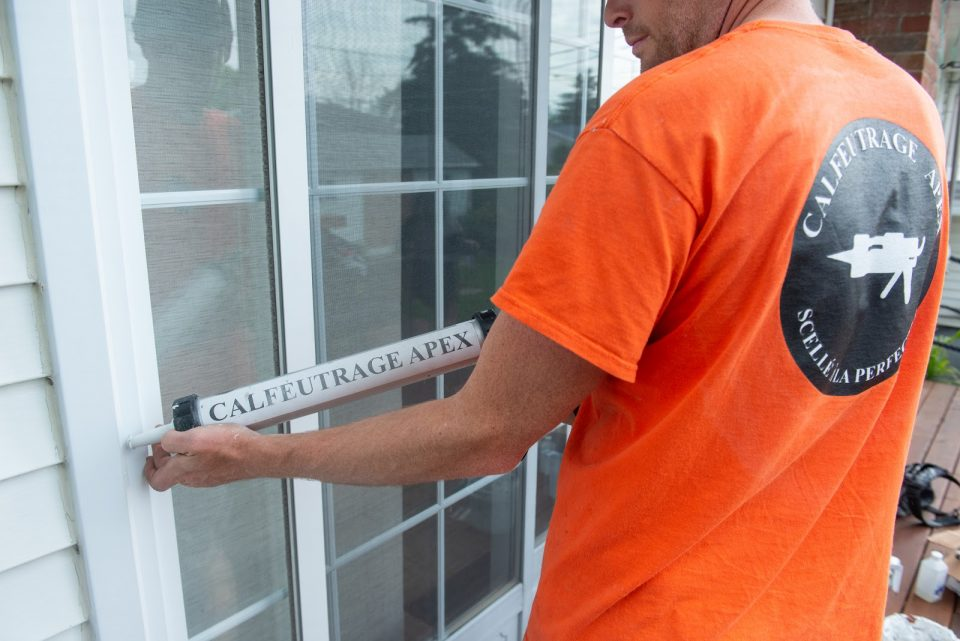 Window caulking before winter in 6 steps for airtight joints.