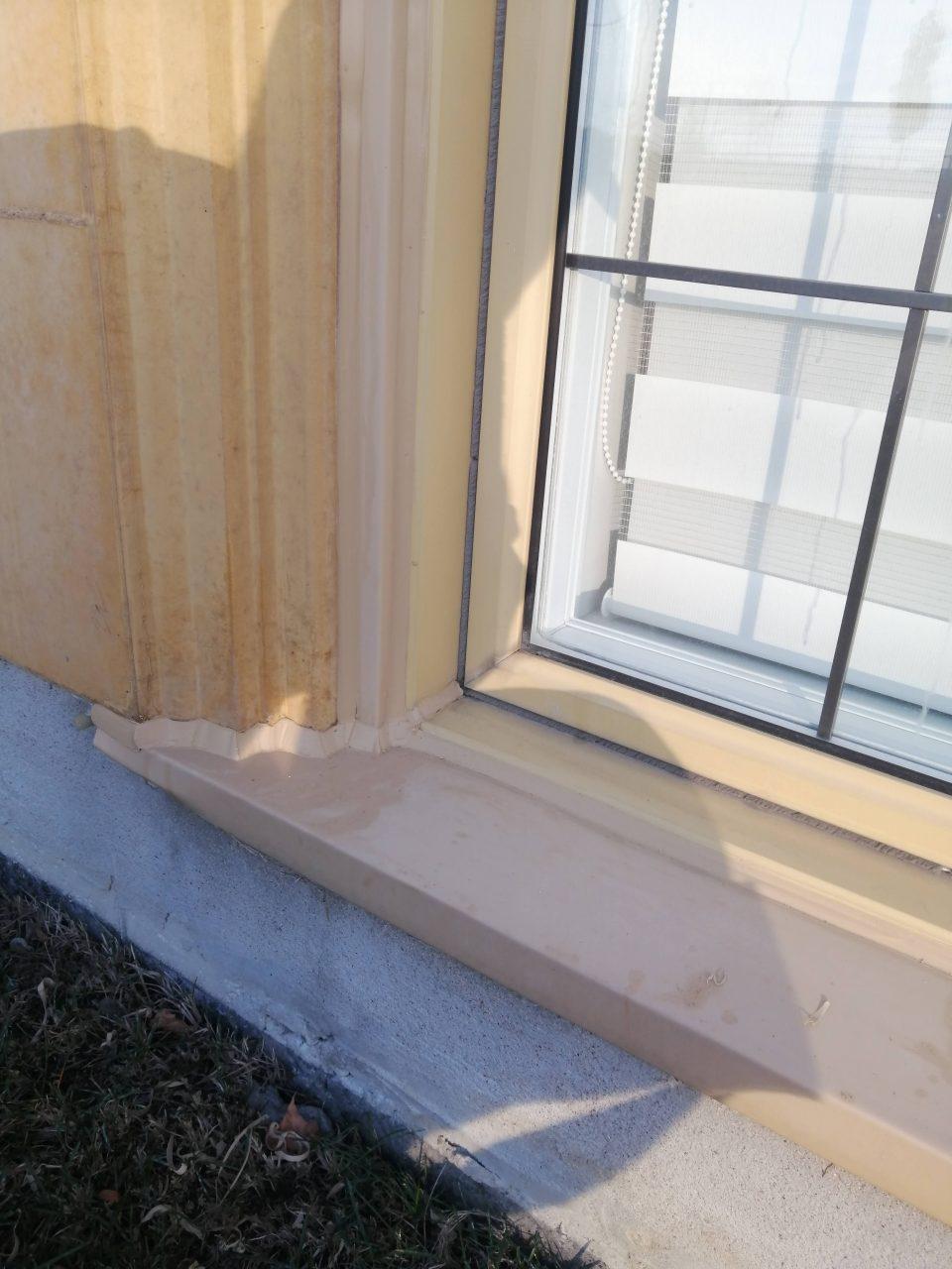 Window caulking by Calfeutrage Apex Caulking