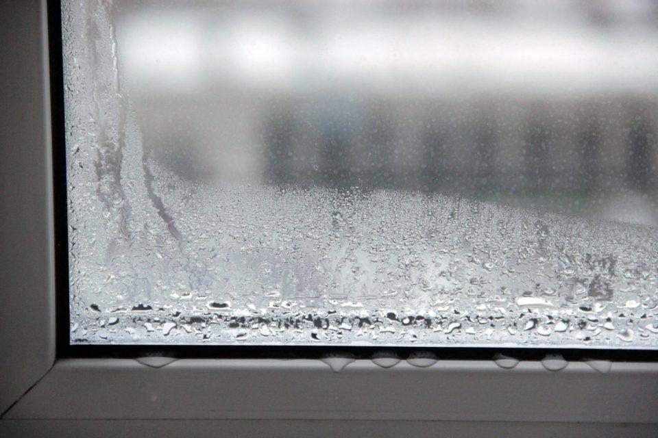 condensation on window Calfeutrage Apex caulking